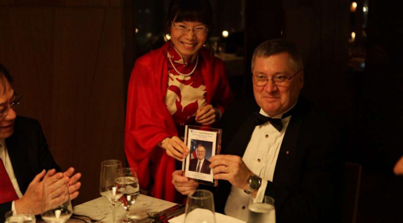 The dinner after the event: Amy Wang presentation to Charles Clark. Photo Credit: Tsinghua University